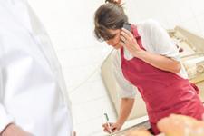 Conseils pour bien répondre au téléphone (Photo : Fotolia.com).