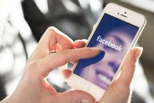 Facebook sur smartphone (Photo : Latoque.fr).