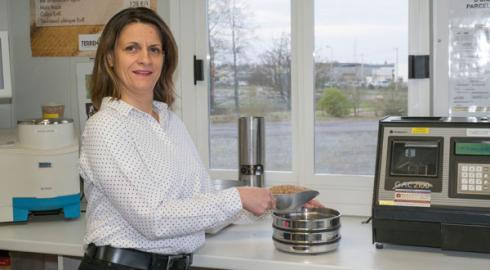 Céline Majolet, responsable qualité grandes cultures, chez Terrena qui propose à ses adhérents des productions de blés biscuitiers et meuniers pour Lu. © C. WATIER