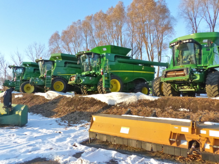 Le voyage commence par la visite d'une concession du groupe Kibble Equipment, distribuant John Deere. On retrouve quelques moissonneuses batteuses, dont l'essieu avant est jumelé.
