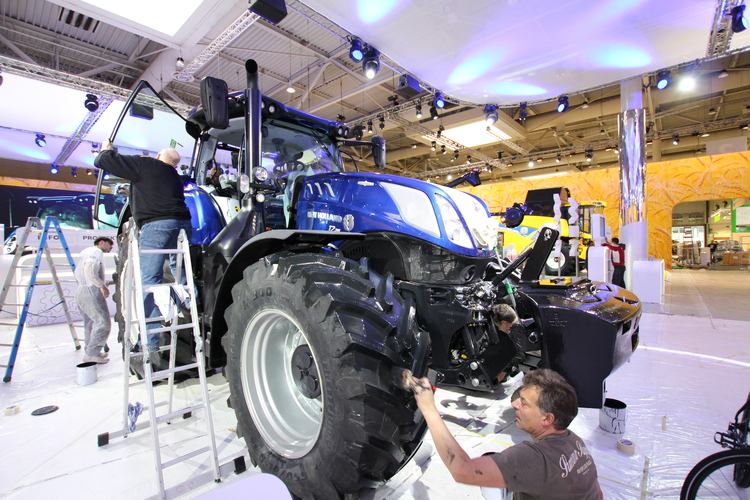 New Holland : le T7 HD s'expose en version Blue Power. Tout le monde s'affaire pour les dernières finitions.