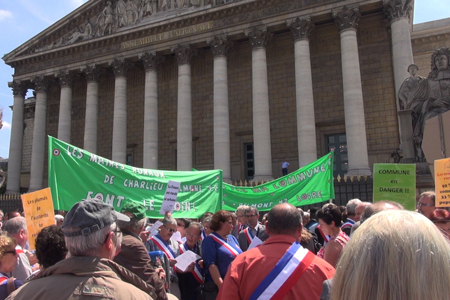 Manifestation des maires ruraux devant l'Assemblée Nationale (©AM)